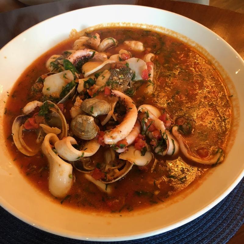 Соте из морепродуктов, томленое с бакинскими помидорами и специями